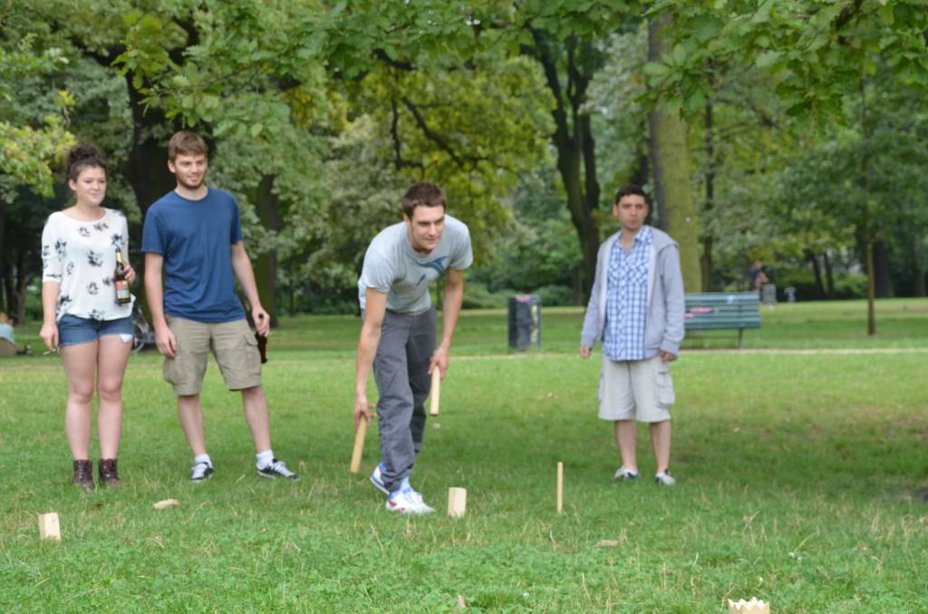 Sportliche Aktivitäten durften bei unserem lebhaften BBQ natürlich nicht fehlen. Auf dem Foto seht Ihr vier begeisterte KUBB-Spieler.