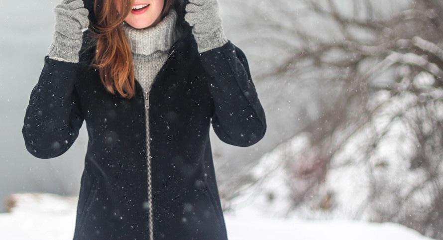 Frau im Winter Erkältung